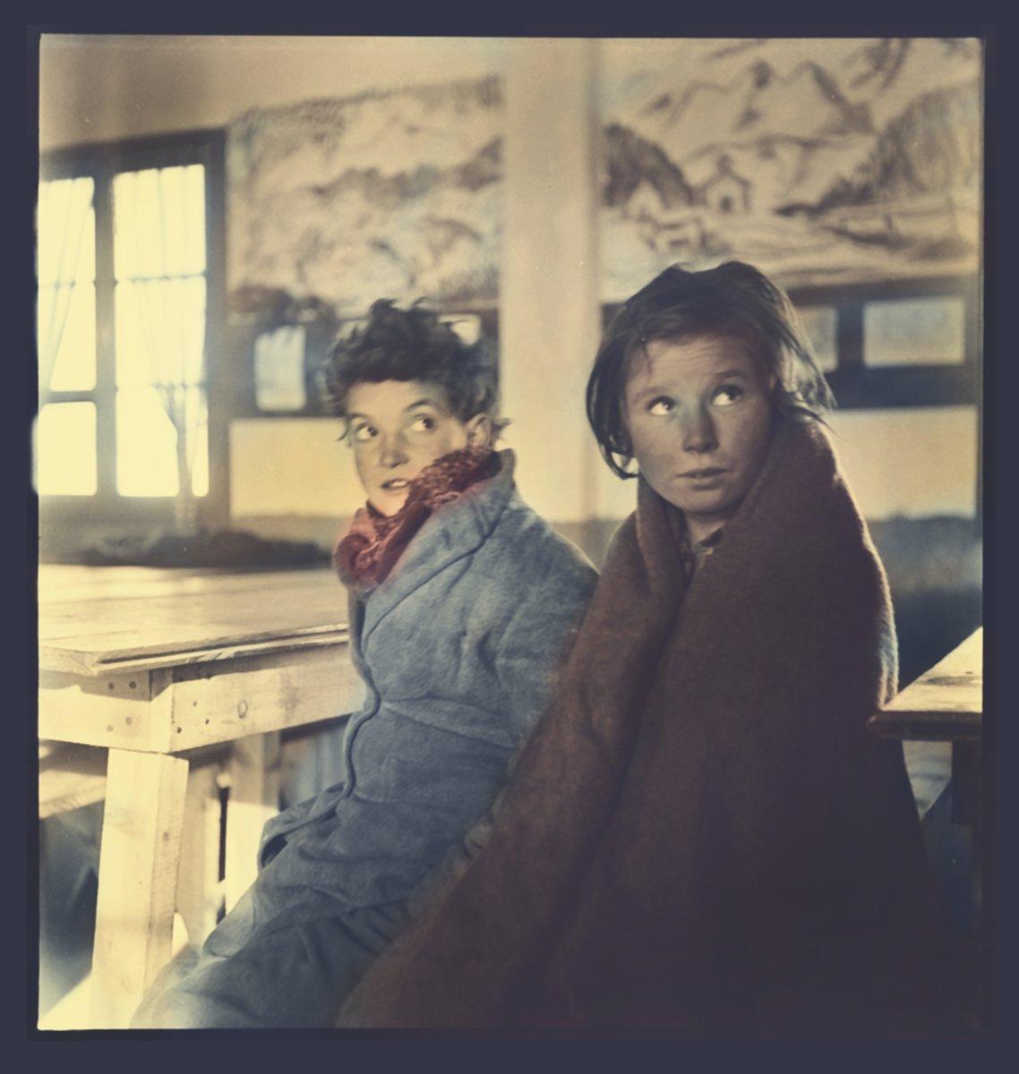 La tasa de mortalidad de los niños refugiados españoles de entre 6 meses y cuatro años es de 60%. Elisabeth y los volutarios suizos organizan sus propios barracones para dar un trato preferente a madres y niños. 1942, niños españoles en el campo de Rivesaltes. Foto Paul Senn.
