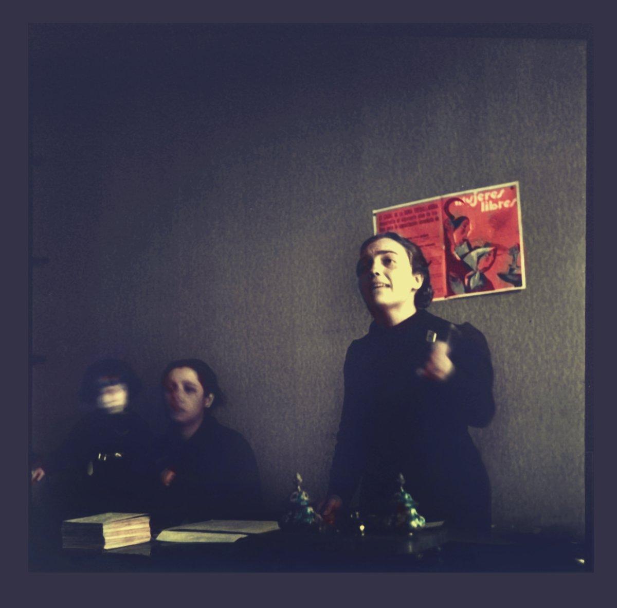 1937, Soledad Storach interviniendo en un pleno de Mujeres Libres. Foto Kati Horna. Periódico Umbral febrero 1938. Archivo Memoria Histórica. Coloreada. Colorized. Kati Horna en España