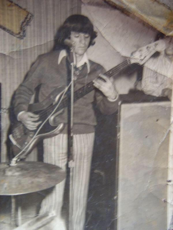 Una verdadera rareza de fotografía. Polo Pepo como bajista en su adolescencia. Fotografía: Archivo La Vida Es un Mus