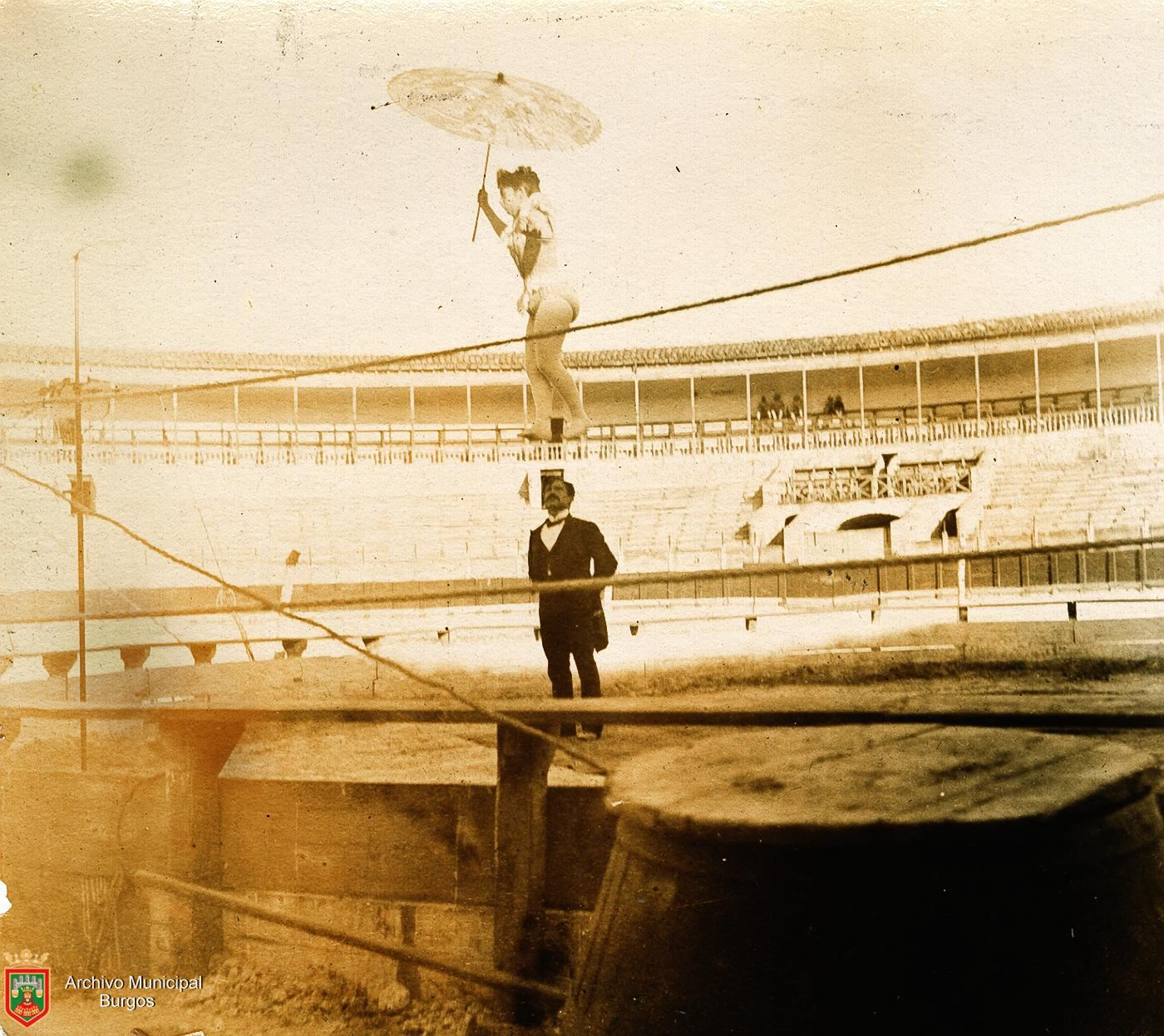 Mujer equilibrista de Circo en la Plaza de Toros de Burgos (1894). Fotografía: Ayto. Burgos