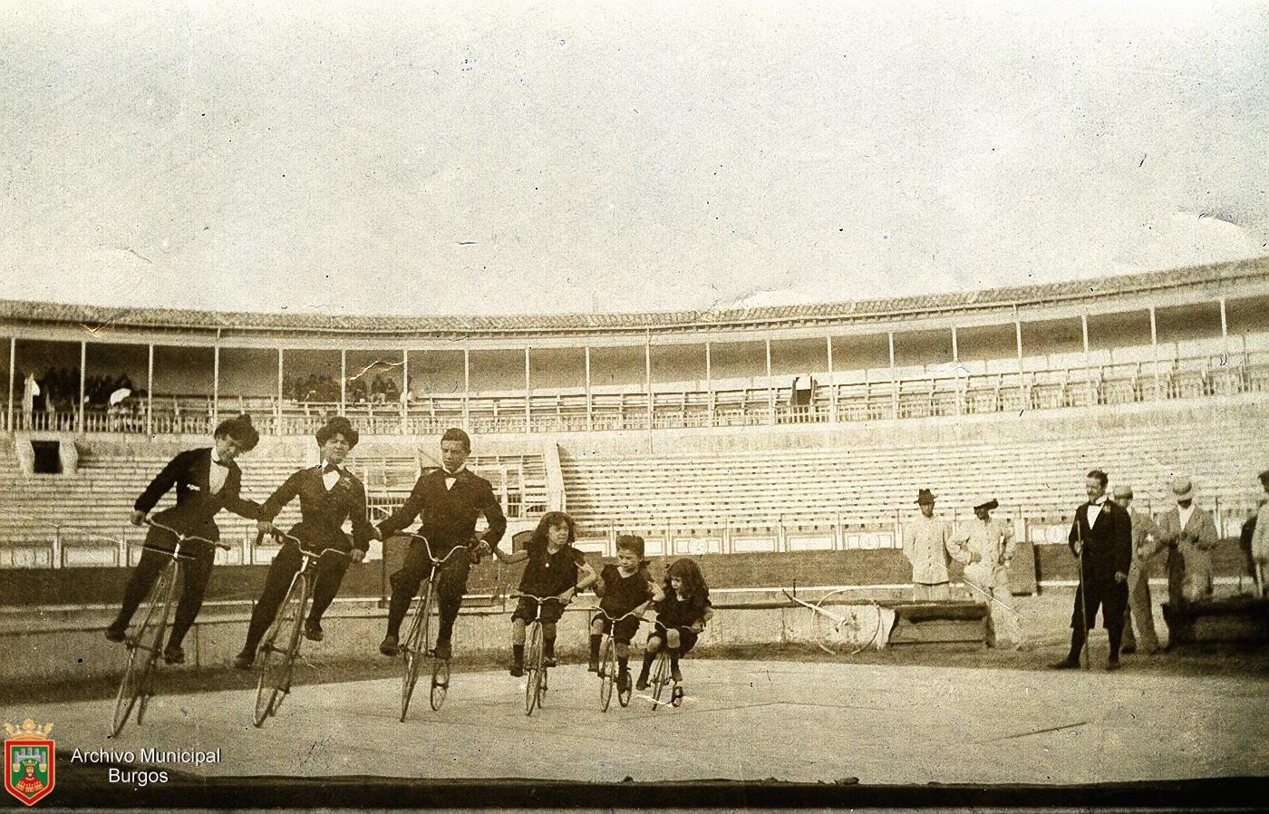 Acróbatas de circo en bicicleta en la Plaza de Toros de Burgos (1903). Fotografía: Ayto. Burgos