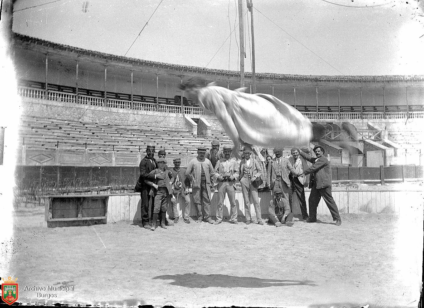 Acróbata de circo dando una voltereta en el aire en la Plaza de Toros de Burgos (circa 1893). Fotografía: Ayto. Burgos