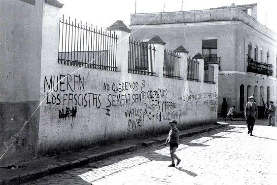 Pintadas antifascistas en el llamado Muro de los Navarros. Sevilla. Años 30.