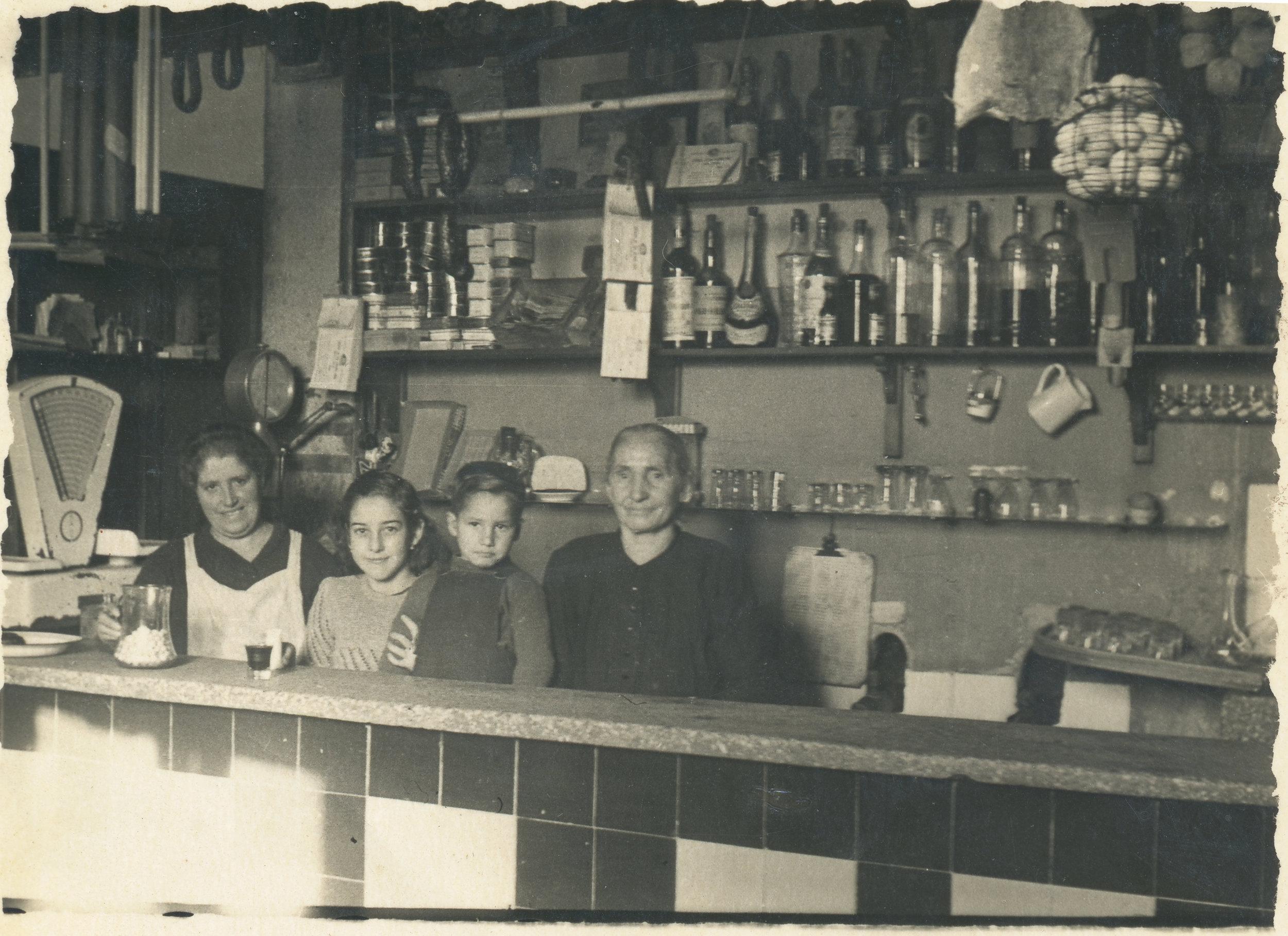Taberna Remigio de Burgos, que estaba situada en el barrio de Las Huelgas. También tenía ultramarinos y productos alimenticios. Además era taberna de vinos y bebidas refrescantes. Fotografía: Ayto. de Burgos.