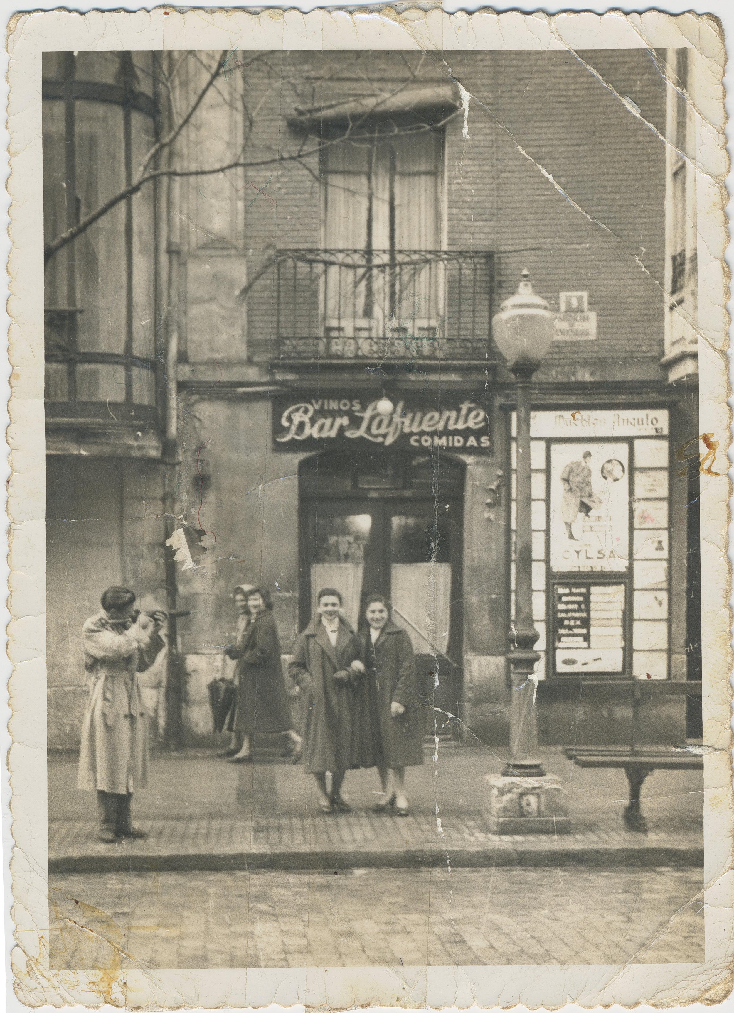 Bar La Fuente, local de vinos y comidas de Burgos. Estaba situado en los bajos comerciales que ahora pertenecen a un banco, justo al principio de la Calle Vitoria (1952). Fotografía: Ayto. de Burgos