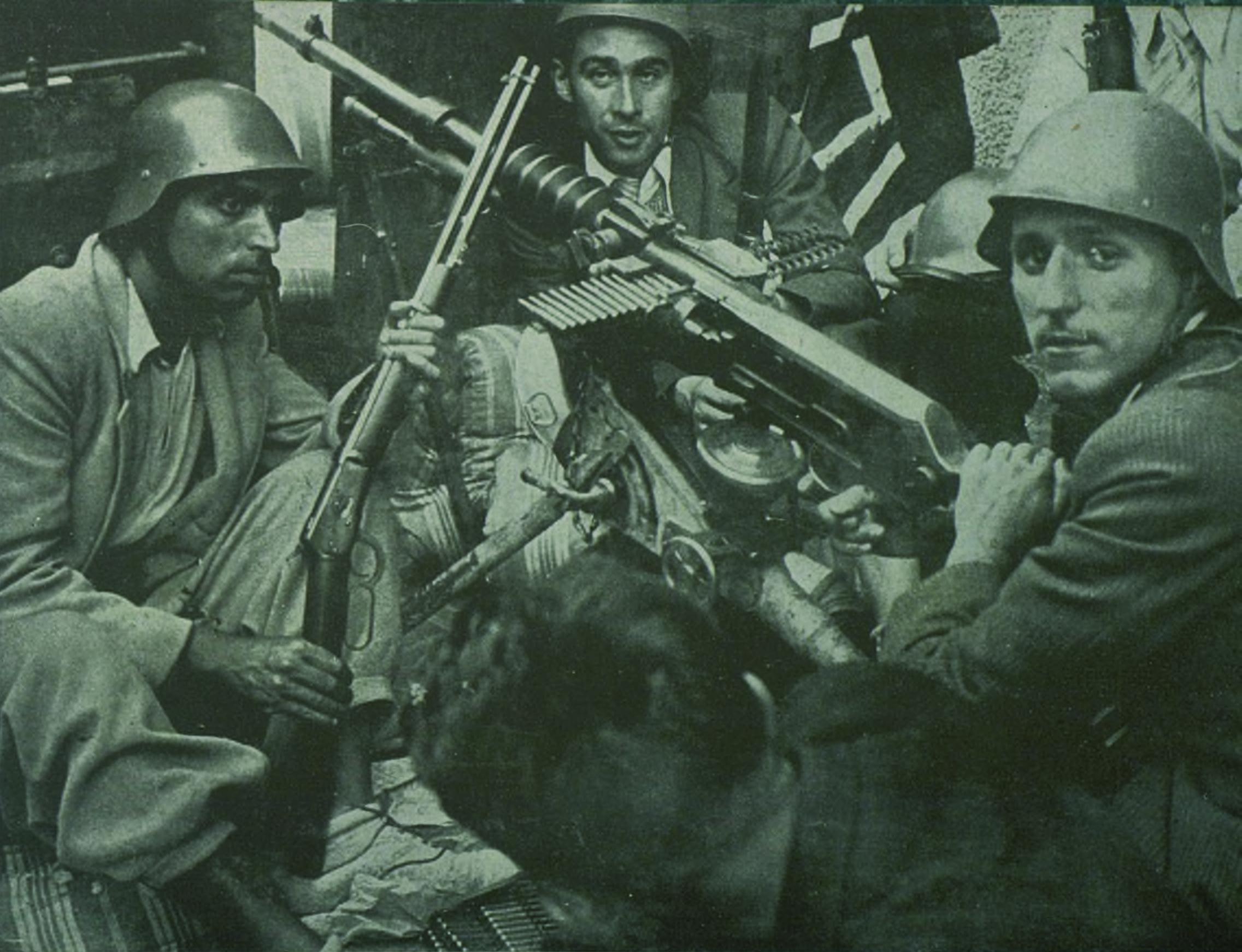 Helios Gómez, a la izquierda de la imagen, en la lucha contra el fascismo ( Visions de guerra i de reraguarda . Serie A, Retrospectiva. 24 de abril de 1937)