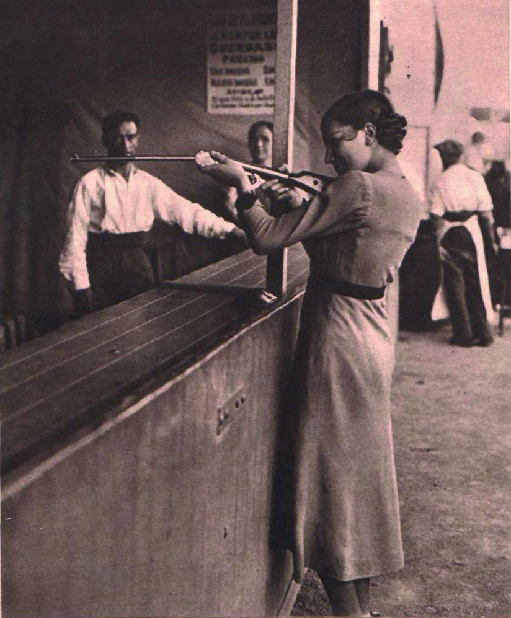 Chica con escopeta de feria en la verbena de San Antonio de la Florida (17 de junio de 1934). Fotógrafo desconocido.