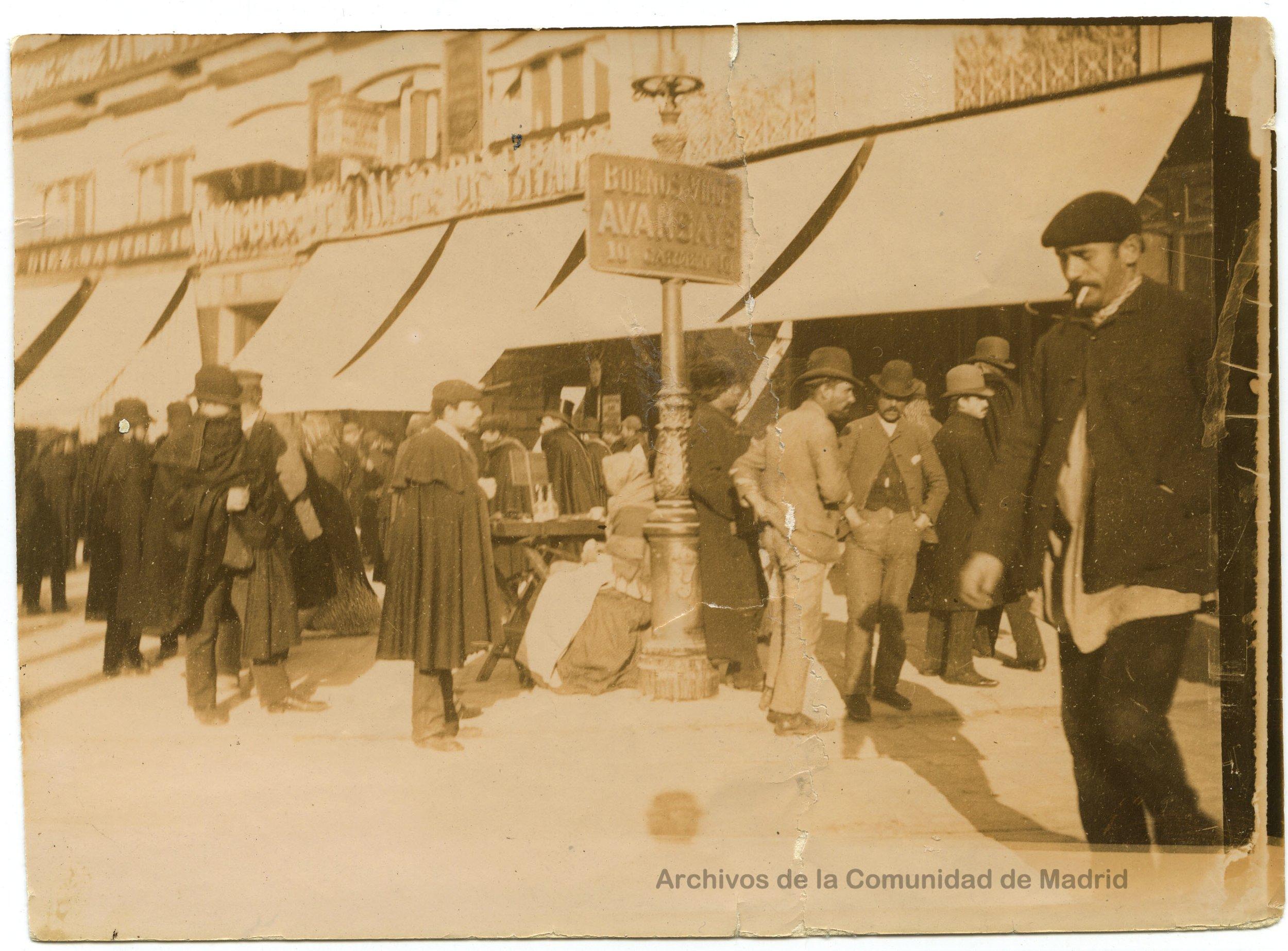Madrid, Puerta del Sol, finales del siglo XIX. Transeúntes y, a la izquierda, hombre embozado. Fotografía: Juan Moya
