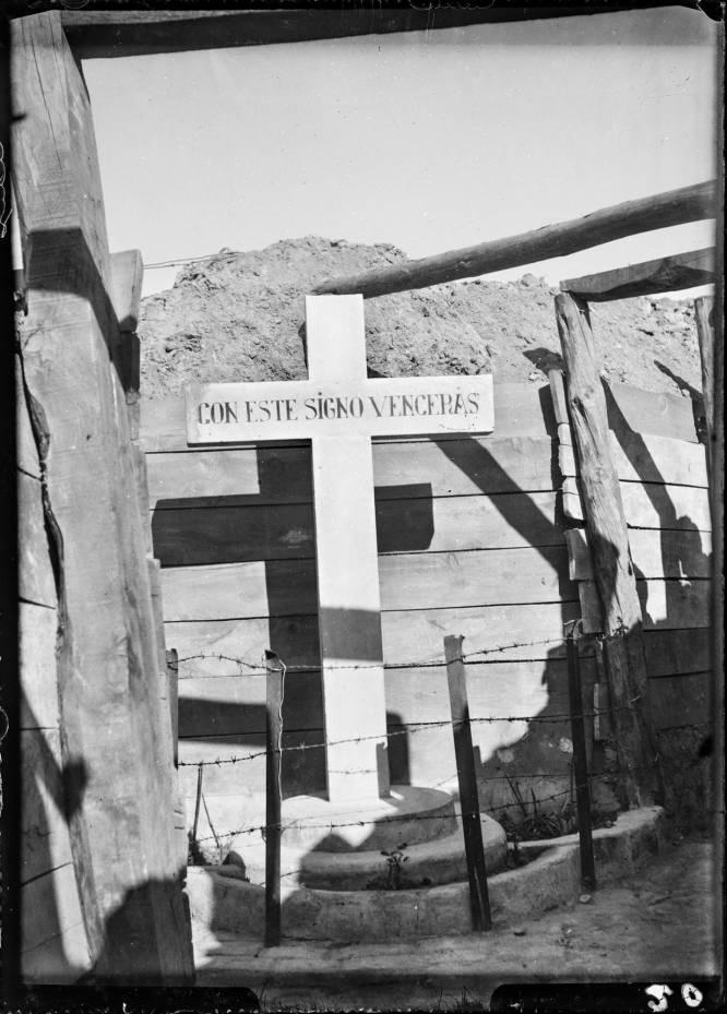 Durante la guerra civil, en una de las trincheras situada en el Parque del Oeste, Fernando Silván fotografió esta cruz que pretendía dar fuerza a las tropas franquistas.