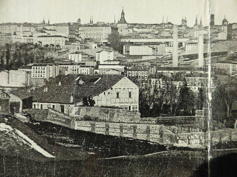 Última fotografía de la Quinta del Sordo (1907), en el centro de la imagen, rodeada por un muro. Reproducción de una tarjeta postal antigua de Madrid. Es un detalle de una panorámica en 3 partes, con el título «200. Vista General de MADRID»