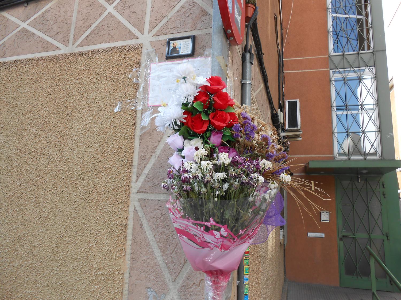 Ramo de flores en el «altar» improvisado dedicado al Niño Sáez. Fotografía: El autor