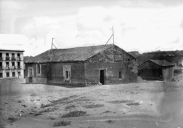 Lo que quedaba de la Quinta del Sordo en 1924 ( La Voz ). A la izquierda de la casa, se puede ver un edificio perteneciente a la actual calle Caramuel, concretamente a su número 22, que corresponde al de la imagen de arriba. La casa de Goya estaría justo frente a este, por la parte de que a Juan Tornero y no a Caramuel (donde actualmente tiene su entrada)
