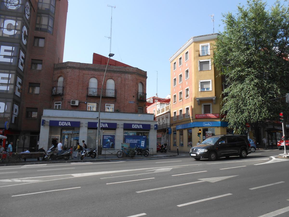 Encima del BBVA está el edificio que fue sede del Círculo Socialista de Puente de Segovia. Fotografía: El autor