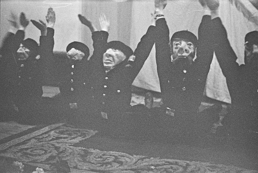 Reunión de padres de alumnos de las Juventudes Hitlerianas del Colegio Alemán. Niños con máscaras interpretando un número en el escenario ante la bandera de cruz gamada. Fotografías: Wunderlich