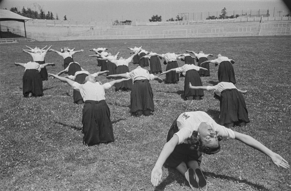 Falange Femenina. Educación física. Película Chamartín (Julio de 1941). Jóvenes realizando ejercicios al aire libre]. Fotografía: Wunderlich