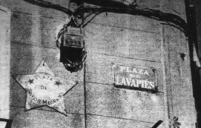 La plaza de Lavapiés convertida en plaza Trifón Medrano. Placa del fallecido, con forma de estrella, junto a la original