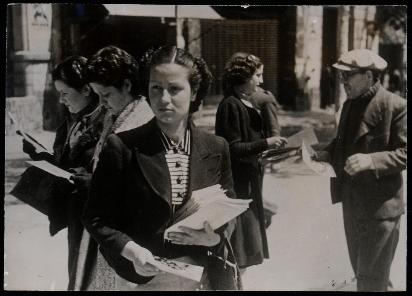 Mujeres repartiendo propaganda antifascista por las calles de Madrid (1936)