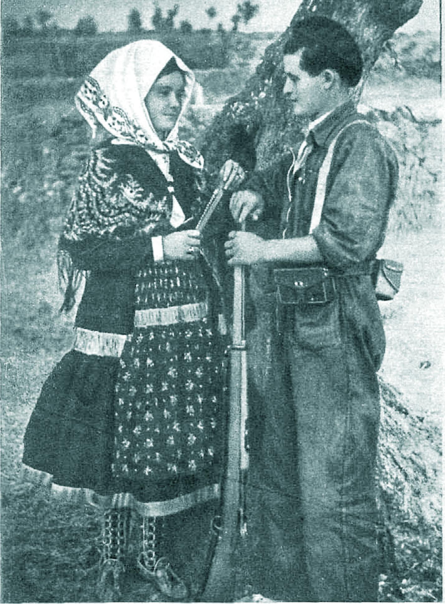 pareja de novios. chica con traje tradicional lagarterano (toledo) junto a miliciano (agosto de 1936)