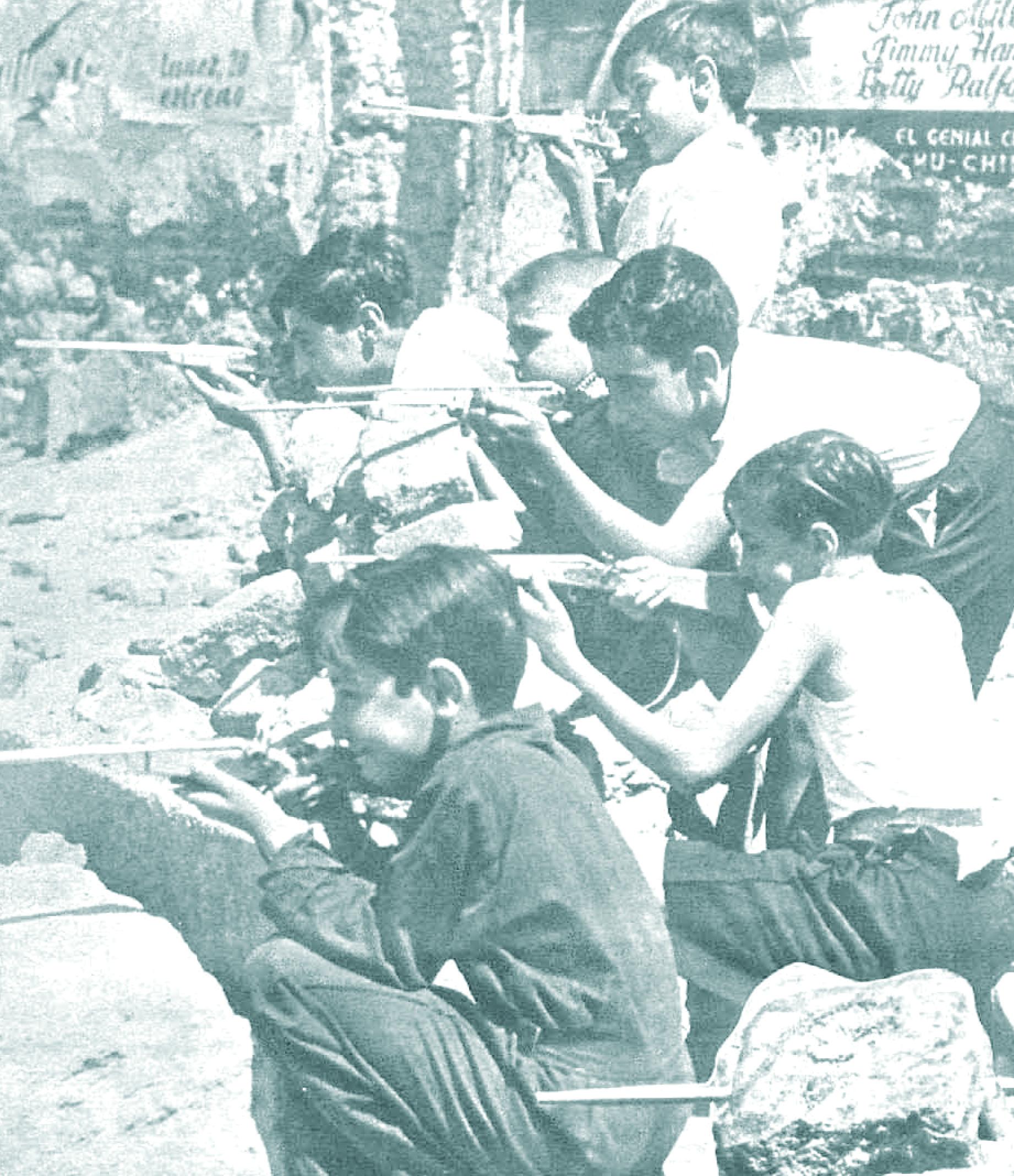 niños jugando a la guerra junto a la plaza de españa de madrid. Agosto de 1936