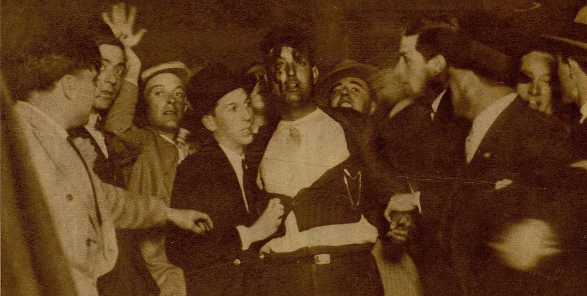 Pistolero detenido por la multitud en la Puerta del sol (mayo de 1931). Fotografía: Benitez Cassaux y Luque
