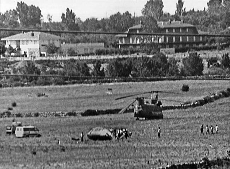 Resultado del lanzamiento de una pedrada de un paseante a un helicóptero del ejercito que hacia prácticas en un prado entre Matalpino y Cerceda (1989).
