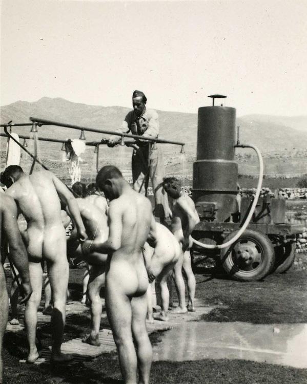 Fumigación de soldados fascistas antes de entrar a Madrid. Fotografía: Vicente Velasco Pérez.