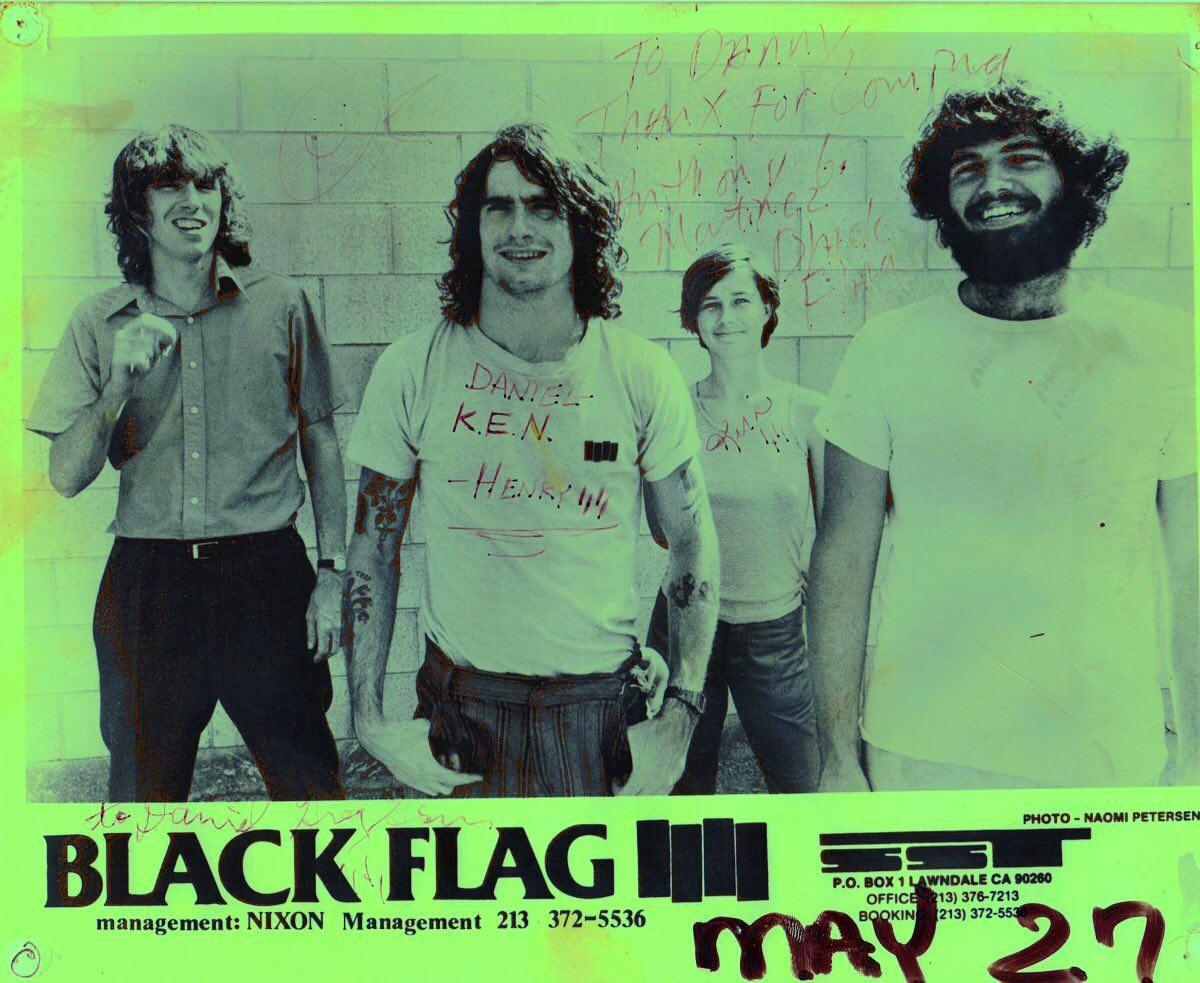 Greg Ginn, Henry Rollins, Kira y Anthony Martinez en una tarjeta firmada en Main Street Saloon in Lubbock, Texas (1985)