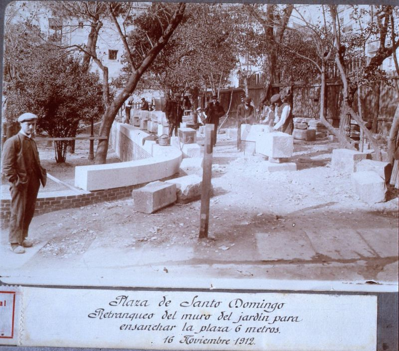 Plaza de Santo Domingo / Retranqueo del muro del jardín para / ensanchar la plaza 6 metros / 16 Noviembre 1912. Fotografía: Memoria de Madrid