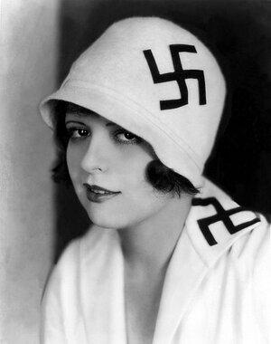 La actriz y flapper Clara Bow con una esvástica cosida a su sombrero, años veinte
