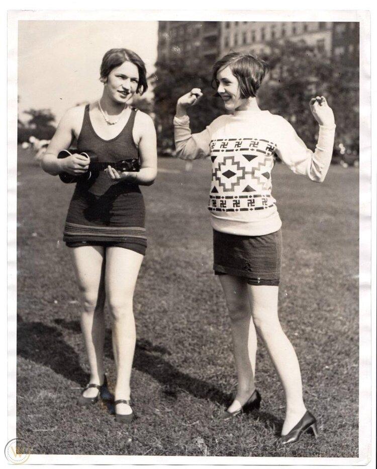 Flappers con esvásticas en su suéter bailan charleston (1920)