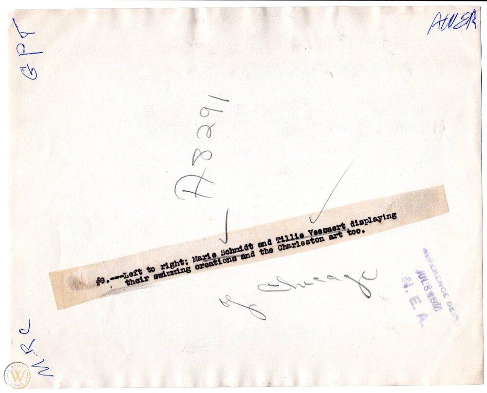 Parte de atrás de la fotografía anterior con los nombres de la pareja de flappers