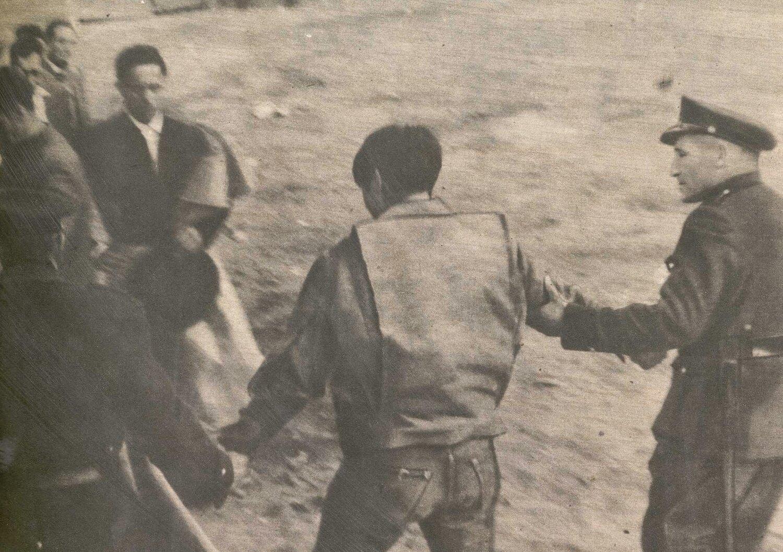 Un maletilla, tras saltar al ruedo, es detenido por la policía, circa 1965. Fotografía: Prieto