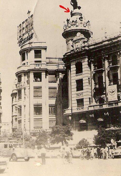 El maletilla «Pepete» en lo alto del edificio Fénix en la plaza de las Tendillas de Córdoba