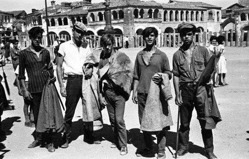 Un grupo de maletillas a las puertas de una plaza de toros