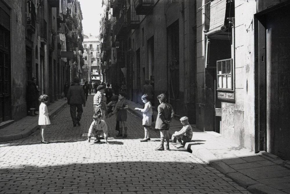 Niños jugando en una calle de El Raval (1932). Fotografía: Margaret Michaelis / Arxiu Municipal de Barcelona