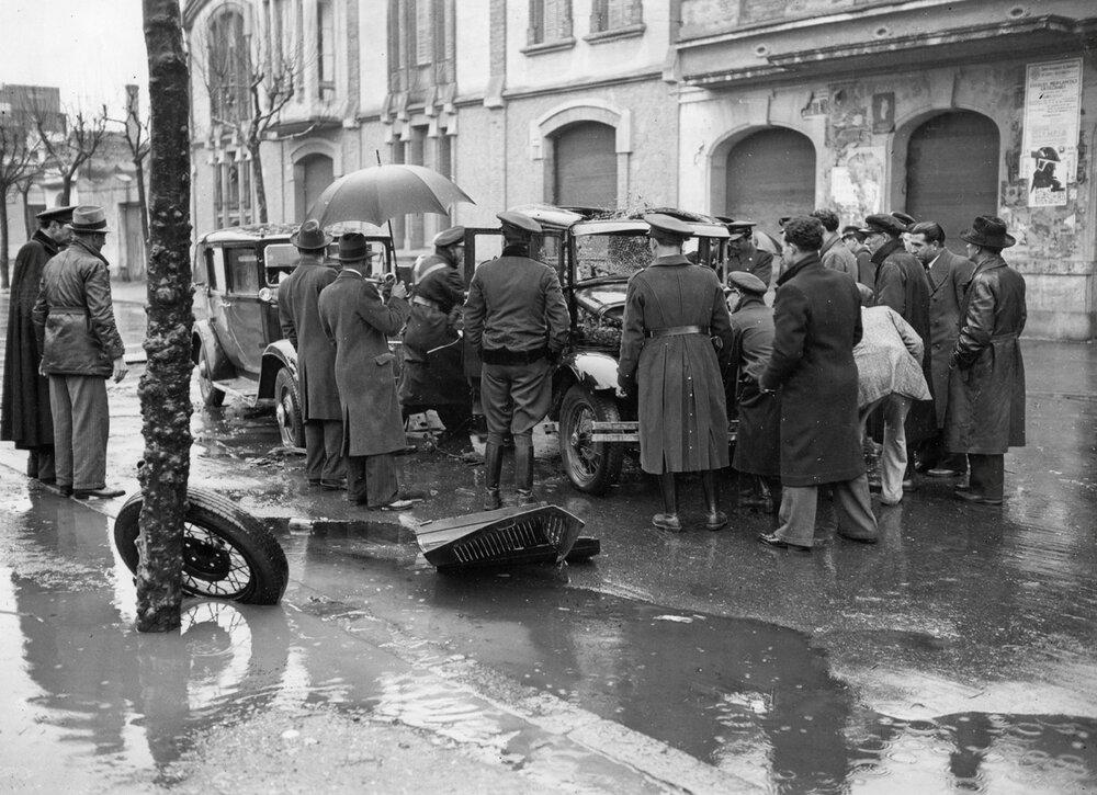 Dos coches de policía cierran el paso y chocan contra un taxi en el que iban unos atracadores (16 de marzo de 1935). Fotografía. Carlos Pérez de Rozas / Arxiu Municipal de Barcelona