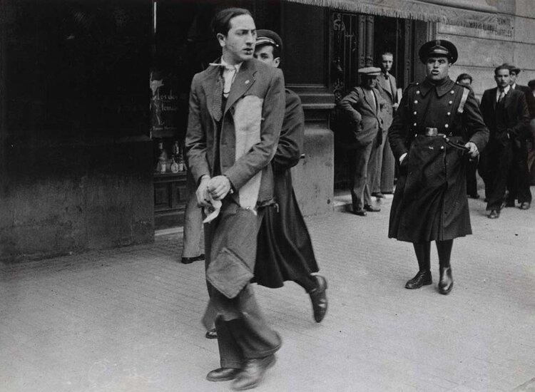 Estudiante detenido durante unos disturbios callejeros (26 de marzo de 1936). Fotografía. Carlos Pérez de Rozas / Arxiu Municipal de Barcelona