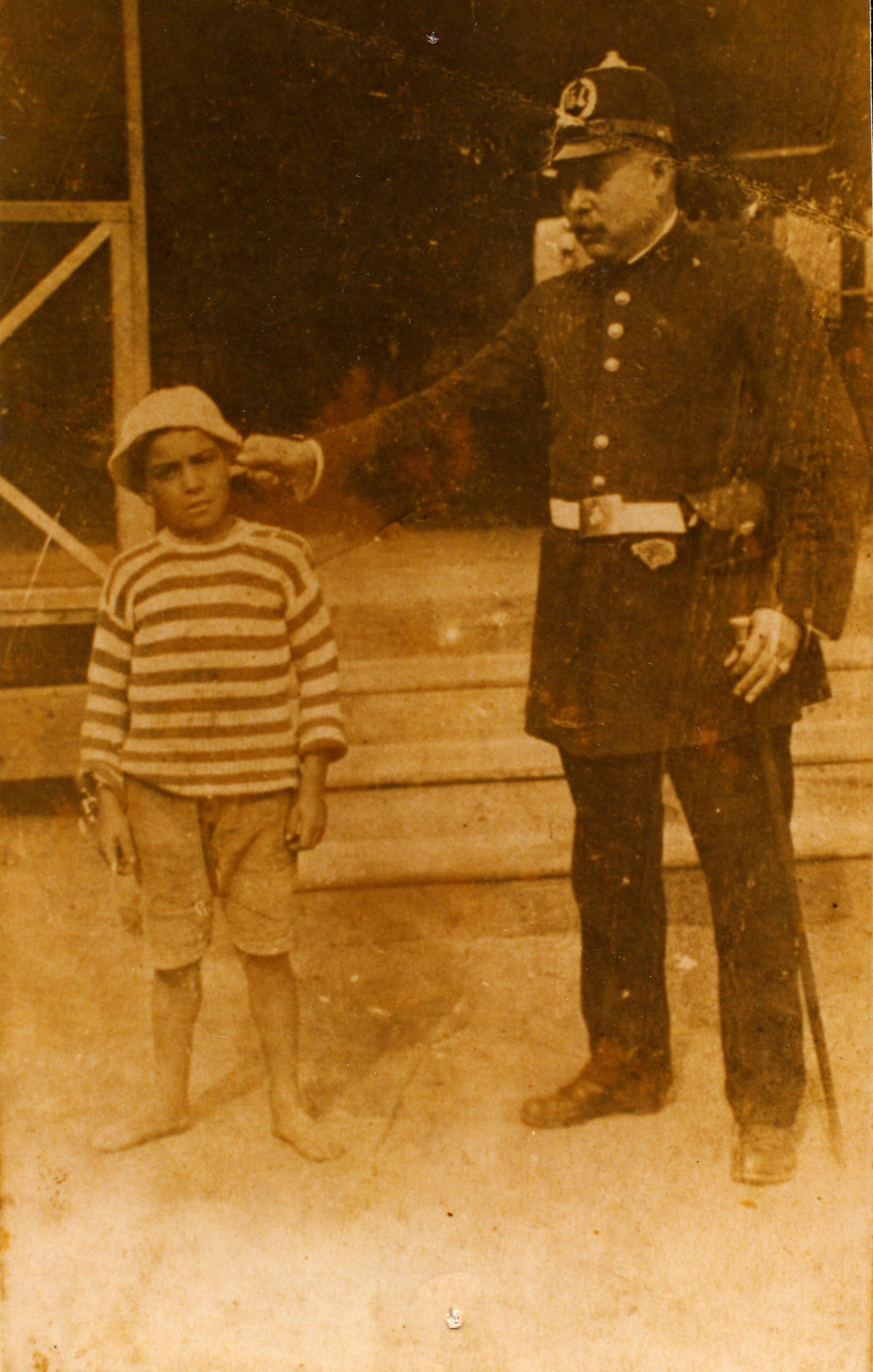 Policía detiene a un menor (Barcelona, 1899). Arxiu Municipal de Barcelona