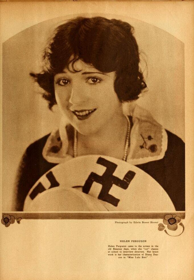 La actriz Helen Ferguson con un sombrero con esvástica en una imagen promocional ( Motion Picture Magazine . Agosto de 1921- Enero de 1922)