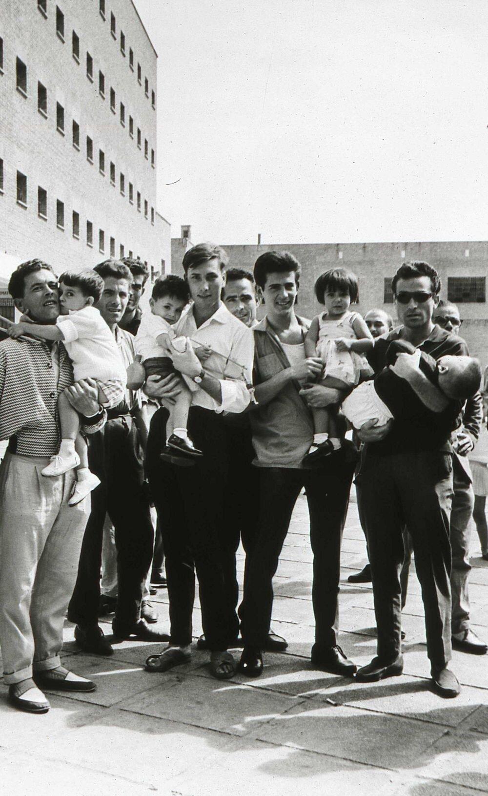 presos de la cárcel de carabanchel con sus hijos (1962). fotografía: memoria de madrid