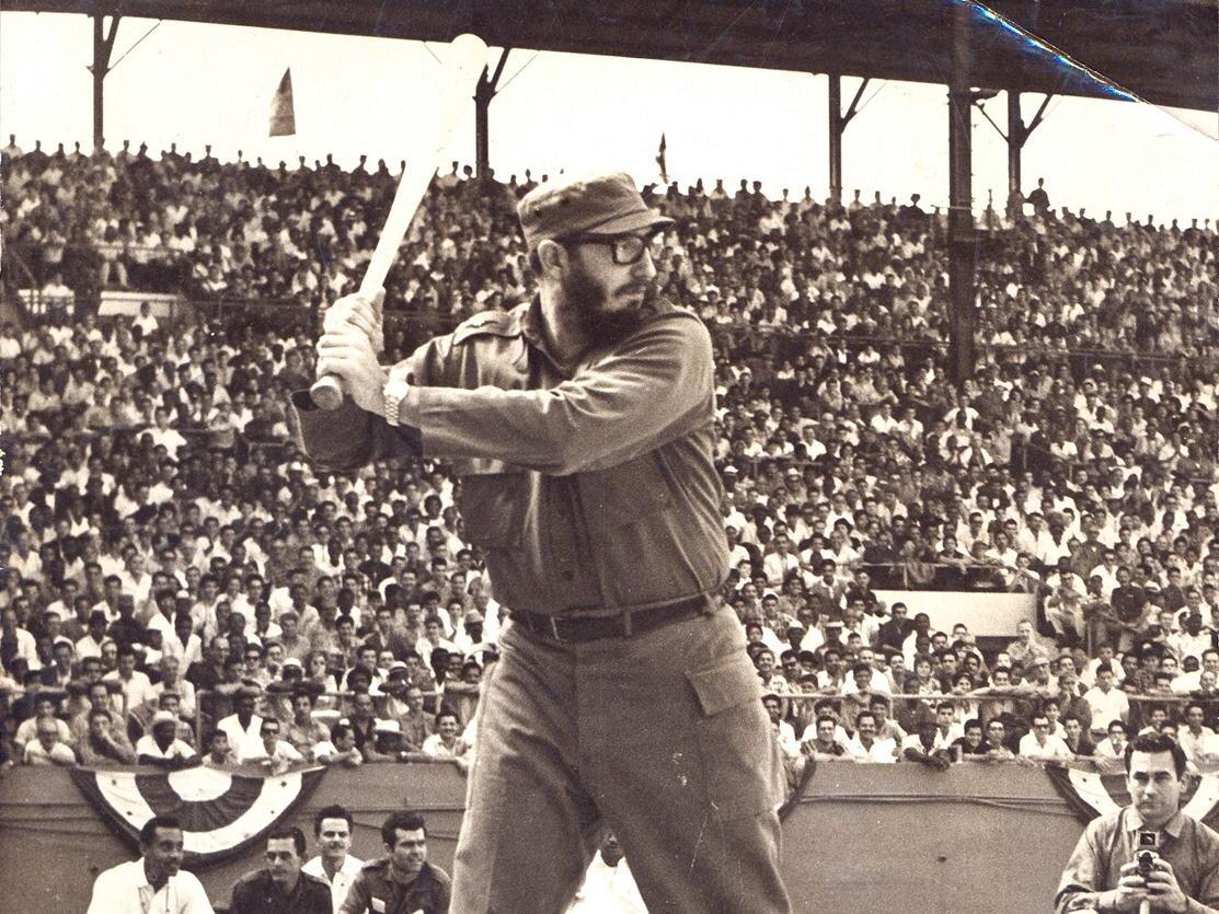Castro durante un partido de béisbol al frente de Los Barbudos