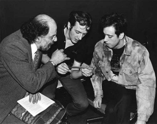 Ginsberg junto a Strummer y Jones (1982). Fotografía: Bob Gruen