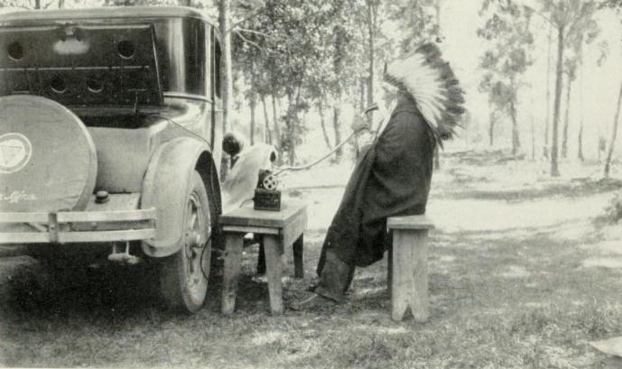 Un chamán indio durante una de sus grabaciones haciendo uso de la grabadora portátil de Densmore