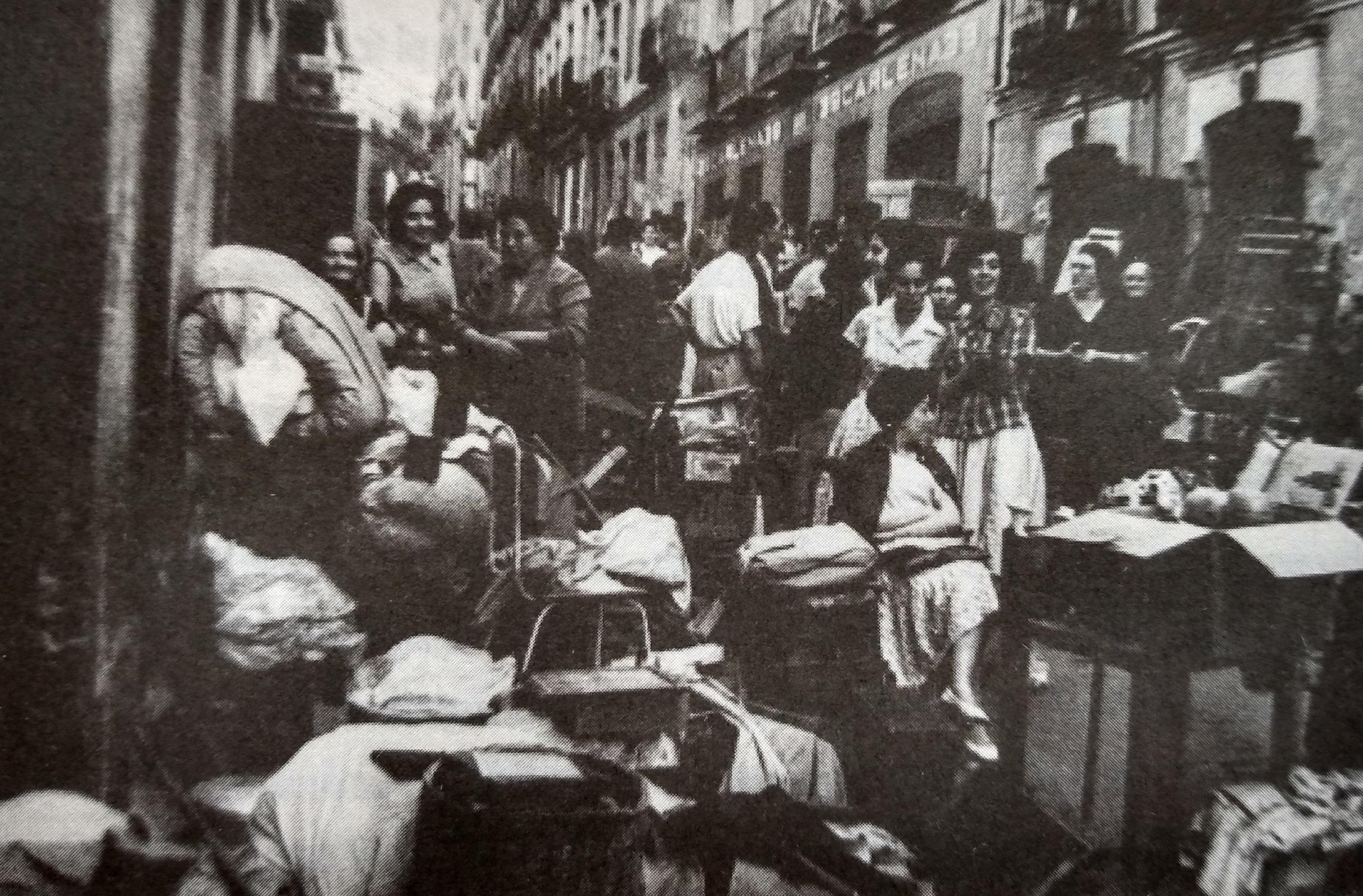 Vecinos y vecinas de la calle Olivar, en Lavapiés, con sus enseres en la calle tras ser desalojados (1967). Fotografía: Santos Yubero