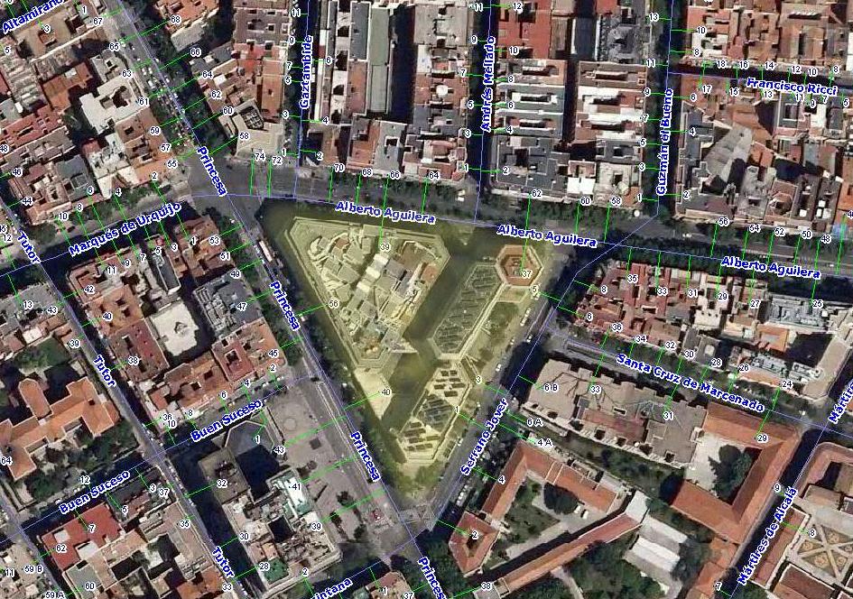 Imagen aérea de la zona en que se encontraba el barrio de Pozas (señalado en color) y donde hoy está El Corte Inglés. Fotografía: Urbanicidades