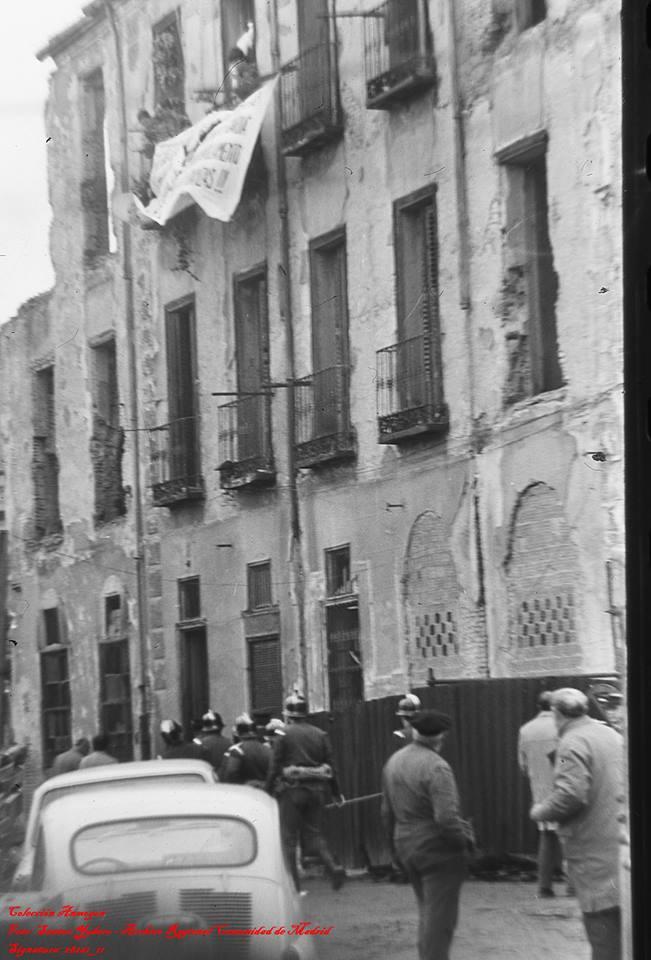 La policía y los bomberos intentan entrar al edificio donde resisten sus últimos vecinos. Fotografía: Santos Yubero / Historias Matritenses