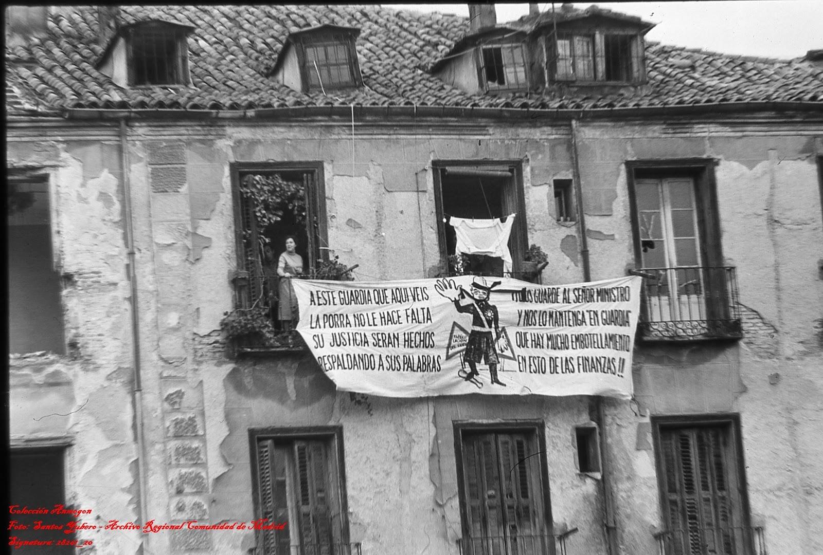 La increíble pancarta satírica de la familia de Lauro Olmo durante su desalojo. Fotografía: Santos Yubero / Historias Matritenses (19 de febrero de 1972)