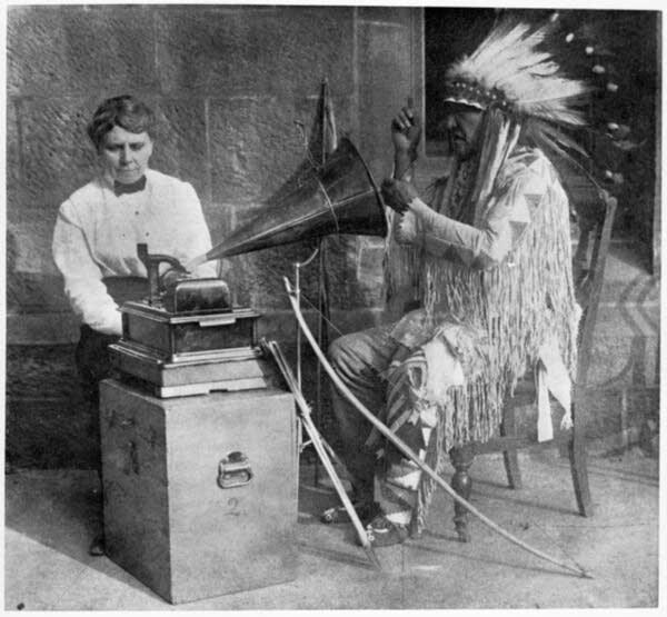 Densmore durante una de sus grabaciones (9 de febrero de 1916)