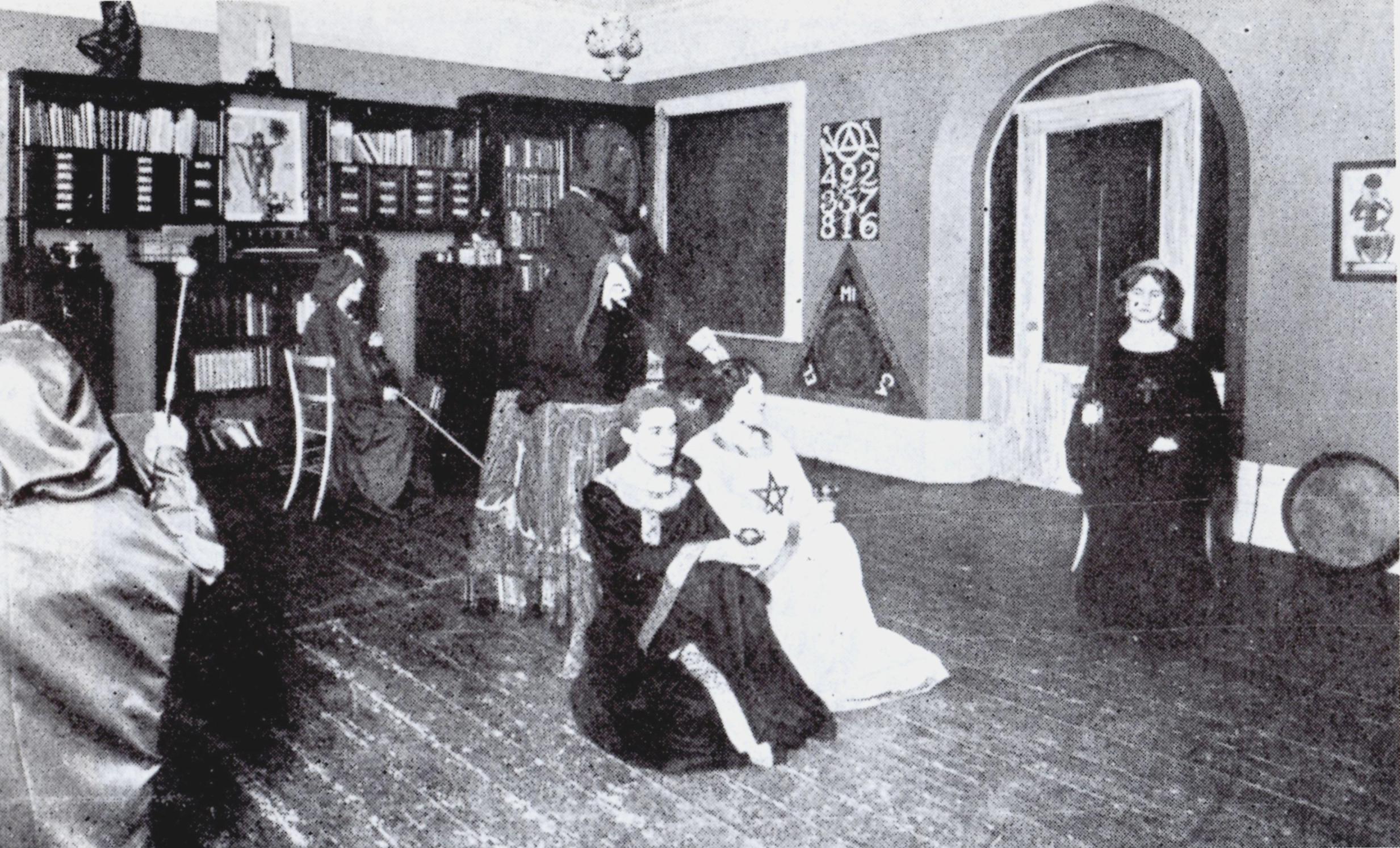 Crowley (con capucha negra) y sus fieles durante uno de sus rituales en la sede de Victorian Street