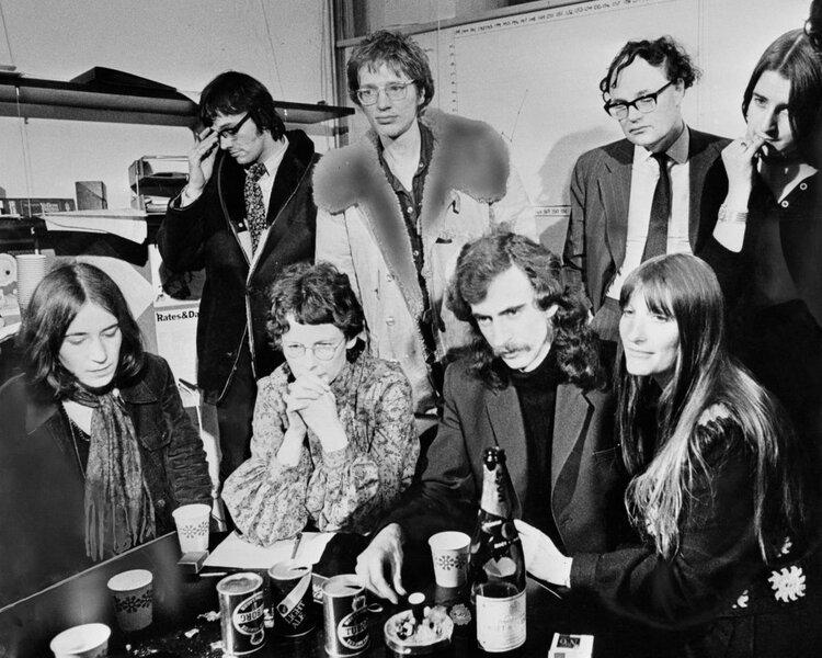 Stuart Christie, en el centro, junto a su pareja Brenda, durante una rueda de prensa en las oficinas de Time Out durante el proceso contra la Angry Brigade (1972)